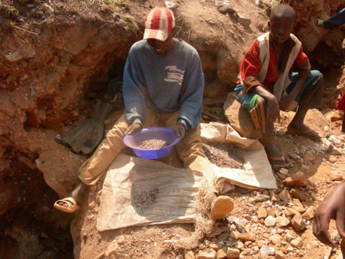 Children mining coltan in Congo